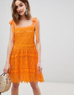 Vero Moda - Mini-Trägerkleid aus Spitze mit Schleifen an den Trägern in Orange