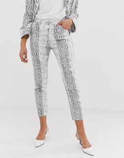 FAE - Mom-Jeans mit Schlangenhautprint - Grau