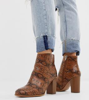 ASOS DESIGN - Rye – Ankle Boots mit Absatz in weiter Passform in hellbraunem Schlangenlederdesign-Bronze