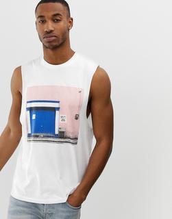ASOS DESIGN - Ärmelloses Shirt mit tiefen Armausschnitten und Foto-Print-Weiß
