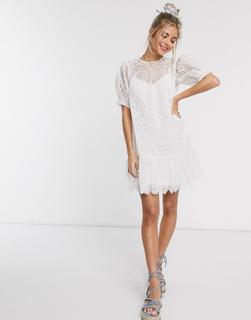 ASOS DESIGN - Kurzes Hängerkleid aus Netzstoff mit Lochstickerei und Schnürung hinten in Weiß