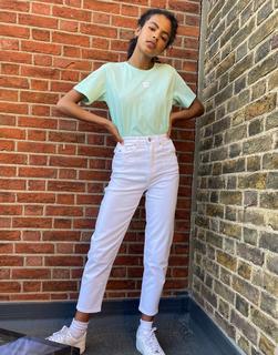 Tommy Jeans - Schmal zulaufende Mom-Jeans in Weiß