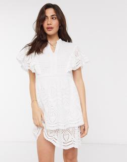 Vero Moda - Minikleid mit Lochstickerei und Flügelärmeln in Weiß
