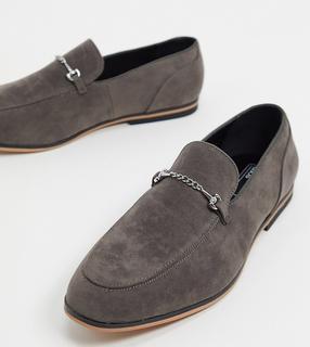 ASOS DESIGN - Loafer aus grauem Wildlederimitat mit Trensen-Detail und schwarzer Sohle, weite Passform