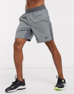 Nike Training - Nike – Yoga Flex – Shorts in Grau