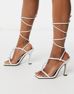 ASOS DESIGN - Napoleon – Weiße Sandalen mit Absatz und T-Steg in verdrehtem Design