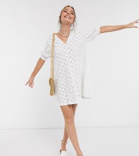 ASOS Petite - ASOS DESIGN Petite – Weißes Mini-Swing-Kleid mit V-Front, Puffärmeln und Lochstickerei