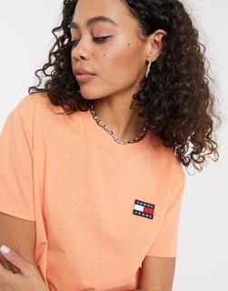 Tommy Jeans - T-Shirt mit Aufnäher in Koralle-Orange