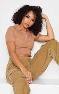 PrettyLittleThing - Camel Rib Cropped Polo Top, Camel