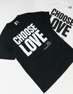 Help Refugees - Choose Love – Unisex-T-Shirt aus Baumwolle in Schwarz
