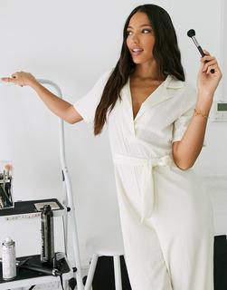 ASOS Tall - ASOS DESIGN Tall – Strukturierter Jersey-Jumpsuit mit Bindegürtel in der Taille und offenem Kragen in Stone-Braun