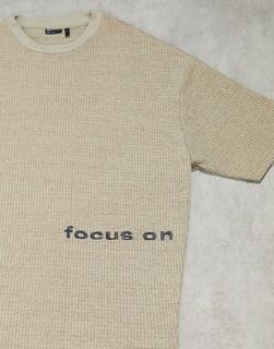 ASOS DESIGN - Oversize-T-Shirt in Braun mit Text-Stickerei und Waffelstruktur-Weiß