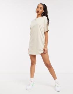 Nike - T-Shirt-Kleid in Oversize-Passform mit kleinem Swoosh-Logo in Hellbeige
