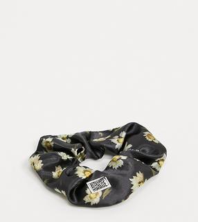 Reclaimed Vintage - Inspired – Haargummi mit Gänseblümchenprint in Schwarz