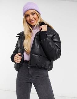 Monki - Amber – Kurze, wattierte Jacke aus Kunstleder mit Kapuze in Schwarz