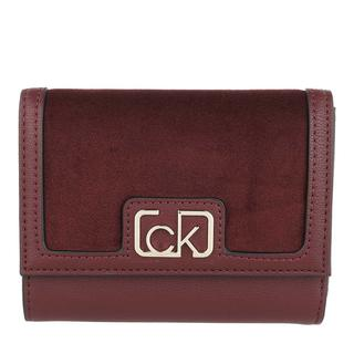 Calvin Klein - Portemonnaie - Trifold Wallet Medium V Wine - in rot - für Damen