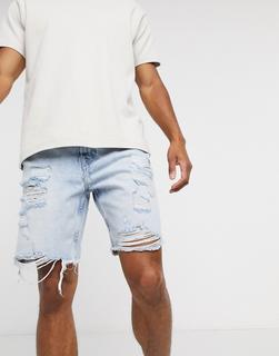 Bershka - Schmal geschnittene Jeansshorts mit starken Abnutzungenin Hellblau
