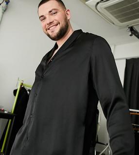 ASOS DESIGN - Plus – Schwarzes Satinhemd in normaler Passform mit Schalkragen