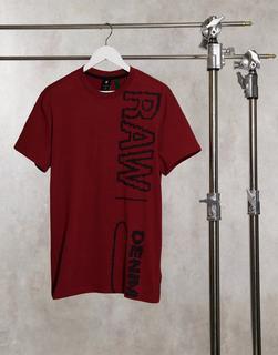 """G-Star - T-Shirt mit längs verlaufendem """"Raw Denim""""-Logo in Rot"""
