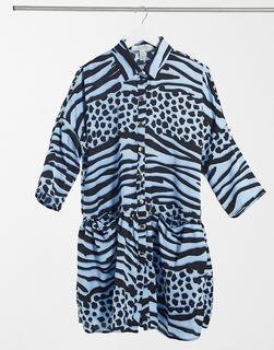 Liquorish - Kurzes Oversize-Wickelkleid mit Animalprint in Blau