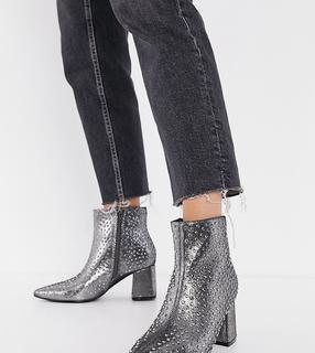 Simply Be - Hochhackige Stiefel mit breitem Fußbett und Nietendetails in Metallicgrau-Silber