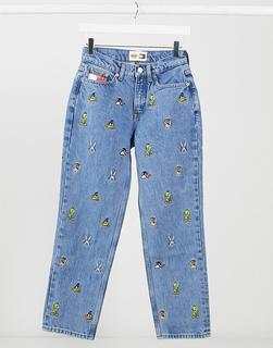 Tommy Jeans - x Looney Tunes – Mom-Jeans mit durchgehendem Logoprint in verwaschenem Mittelblau