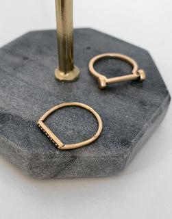 AllSaints - Kombinierbare, goldfarbene Ringe mit Steinbesatz