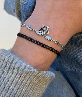 ASOS DESIGN - 2er-Pack Armbänder mit schwarzer Kette und Schmetterling-Anhänger in einem Silberton
