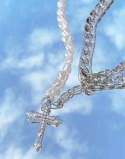 Uncommon Souls - Mehrreihige Halskette in Silber mit Kreuz-Anhänger und Perlengliedern