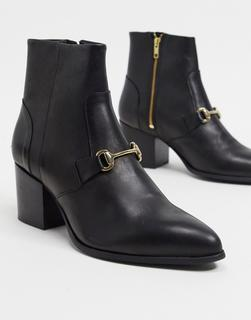 ASOS DESIGN - Chelsea-Stiefel aus schwarzem Leder mit Absatz, spitzer Zehenpartie und Kettendetail im 70er-Stil