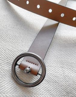 ASOS DESIGN - Schmaler Gürtel aus braunem Kunstleder mit runder Metallschnalle