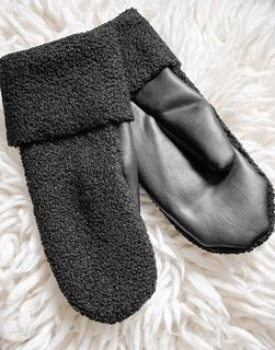 Weekday - Cheerio – Schwarze Handschuhe aus Kunstleder und Bouclé