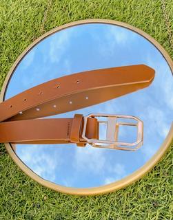 ASOS DESIGN - Schmaler Kunstledergürtel in Hellbraun mit rechteckiger, goldener Schnalle-Bronze