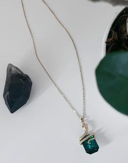 ASOS DESIGN - Goldfarbene Halskette mit grünem, von einer Schlange umschlungenen Schmuckstein-Anhänger