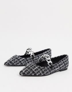 ASOS DESIGN - Lise – Tweed-Ballerinas mit spitzer Zehenpartie und Zierkette in Schwarz und Weiß-Mehrfarbig