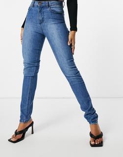 Femme Luxe - Jeans mit geradem Schnitt und Zierrissen unter dem Po in mittlerer Waschung-Blau