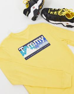 Tommy Jeans - Langärmliges Oberteil in Gelb mit Bergaufdruck hinten