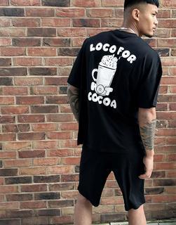 ASOS DESIGN - Weihnachtslounge – Pyjama-Set bestehend aus Shorts und T-Shirt mit Hot-Cocoa-Print-Schwarz