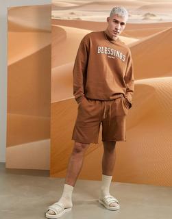 ASOS DESIGN - Pyjama-Set mit langärmligem Sweatshirt und Shorts in verwaschenem Braun mit Schriftzug