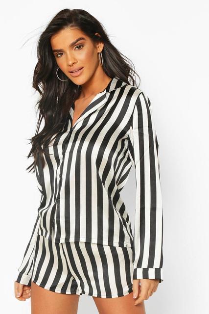 boohoo - Schlafanzug in Satin-Optik aus langärmeligem Oberteil und Shorts mit Streifen-Print
